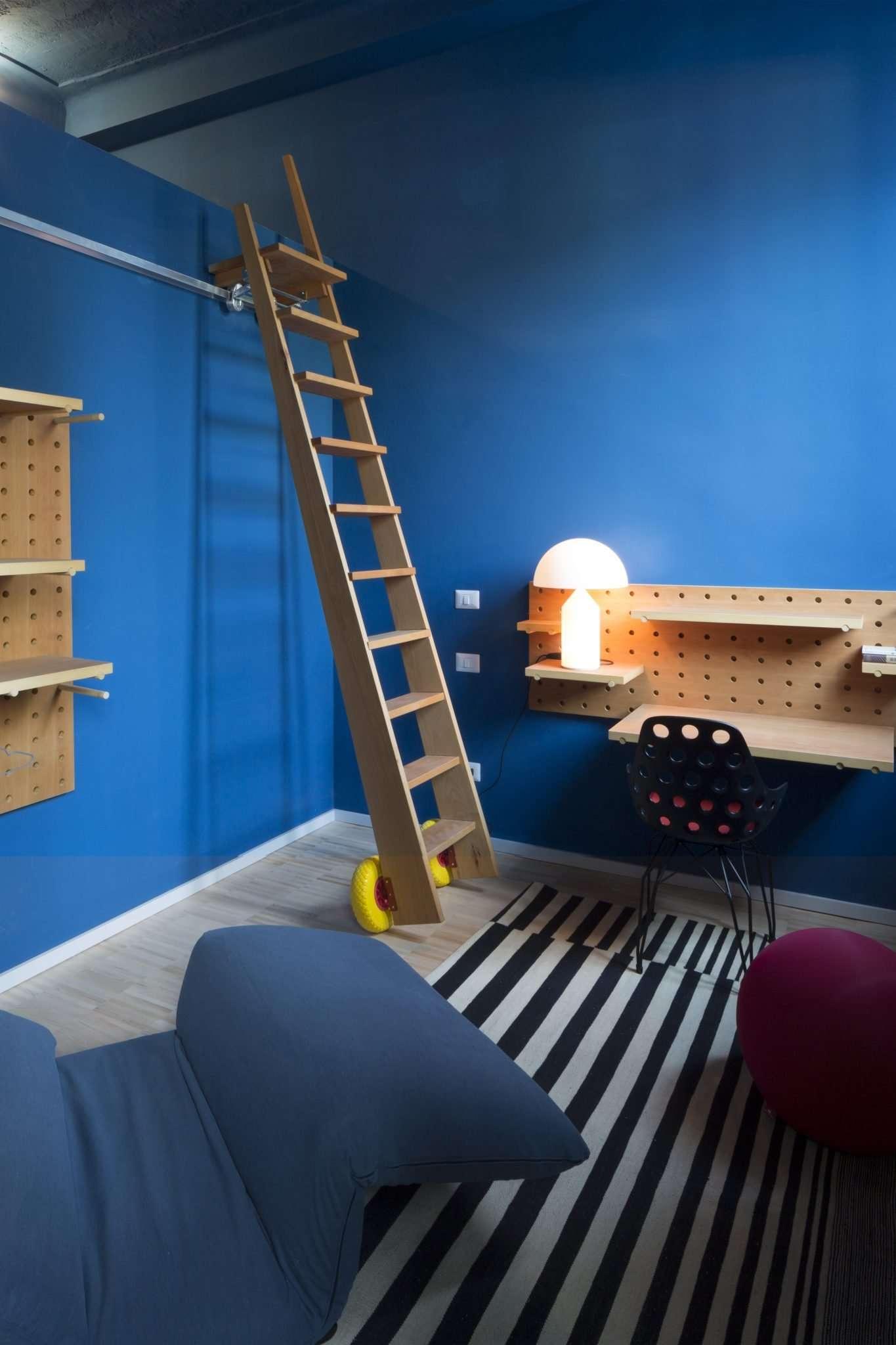 Stanza blu e mobili modulari POI